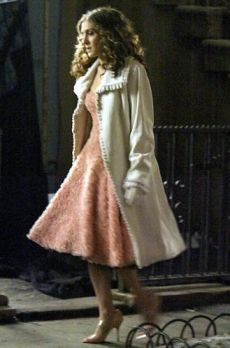 Carrie Bradshaw Wearing A Pink Prom Dress By Jill Stuart, A White Fur Coat by Zandra Rhodes And Nude Monolo Blahnik Heels, 2004 Carrie Bradshaw Estilo, Carrie Bradshaw Outfits, Fashion Tv, Fashion Outfits, City Fashion, Fifties Fashion, Fifties Style, City Outfits, Sarah Jessica Parker