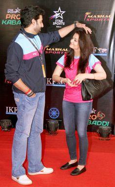 Jav When Abhishek Bachchan and Aishwarya Rai Bachchan's PDA was too cute to handle. Bollywood Couples, Bollywood Outfits, Bollywood Bikini, Bollywood Stars, Bollywood Fashion, Actress Aishwarya Rai, Aishwarya Rai Bachchan, Bollywood Actress Hot, Amitabh Bachchan