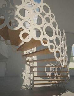ornamentenreiche wendeltreppe kreisförmig weiß