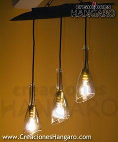 Lámpara de tronco de madera con 3 botellas transparentes y luz Led. Www.CreacionesHangaro.com #Botellas #Vidrio #CreacionesHangaro #Hangaro #Guatemala