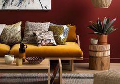 Chaleureux et dynamique, le jaune moutarde ne perd rien de sa superbe et sait se renouveler au fil des saisons. En lice pour décrocher le titre de couleur intemporelle ? Sans aucun doute ! Et pour des duos éclatants, on aime l'associer à d'autres teintes, des plus classiques aux plus audacieu...