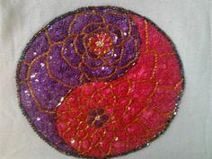 Mandala bordada em lantejoulas e vidrilhos, por Mírian Tôrres Rubim da Silva.