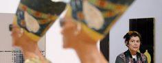 """Künstlerin Isa Genzken im Interview """"Zu Tokio Hotel tanze ich wie ein Teenager""""  Isa Genzken kennt die Euphorie des Nachtlebens und die Abgründe der Psychiatrie. Warum sie Jeff Koons blöd findet, Wolkenkratzer und eine Berliner Bar liebt VON NICOLA KUHN UND ULF LIPPITZ  Die Künstlerin Isa Genzken neben den von ihr geschaffenen Köpfen der Nofretete mit Sonnenbrilleni. Die Ausstellung """"Isa Genzken - Mach dich hübsch!"""" wird bis zum 26.06.2016 im Martin-Gropis-Bau gezeigt."""