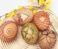 Veľkonočné vajíčka v drôtenej košieľke:)   Autorka: Otka.   Veľká noc, veľkonočné vajíčka, kraslice, drôtovanie, tradičná technika, diy, easter eggs, art wiring.  Artmama.sk