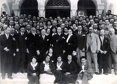 Atatürk'ün harf ve tarih çalışmaları için İstanbul Üniversitesi'ni ziyaretinde öğrencilerle çekilmiş fotoğrafı.