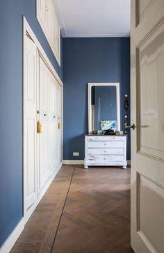 Herenhuis in centrum Haarlem House Color Schemes, House Colors, Living Room Colors, Home Living Room, Parents Room, H & M Home, Nikola Tesla, Blue Bedroom, Blue Walls