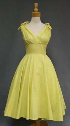 Vintage Clothes Summer Sweetheart Textured Cotton Sun Dress With Tie Shoulders. *love the dress/ hate the color* - Pretty Outfits, Pretty Dresses, Beautiful Dresses, Cute Outfits, Vintage 1950s Dresses, Vintage Outfits, 1950s Fashion, Vintage Fashion, Yellow Sundress