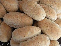 3 brød eller ca.45 rundstykker 1,5 liter melk eller vann 50 g gjær 12 ss olje eller smør 2 1/2 tsj salt 3 ss sukker 4-5 ss ses... Bread Baking, Hot Dog Buns, Scones, Granola, Baked Goods, Nom Nom, Sandwiches, Food And Drink, Rolls