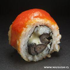 Aceitunas, queso mantecoso, orégano envuelto en masa tempura acompañado de salsa de pimientos asados