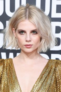 Modern Bob Hairstyles For Women, looking for neat looks is far more important than just a pretty face or the latest 2019 haircut! Short Hair Bun, Short Brown Hair, Short Hair Styles, Short Bob Updo, Messy Bob, Modern Bob Hairstyles, Trending Hairstyles, Color Del Pelo, Short Sassy Haircuts