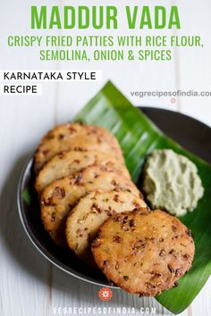 Ever have a snack you love and can't eat just one of? Maddur vada is one of those snacks! This Karnataka style recipe for crispy fried patties made from rice flour, semolina, onion, and spices is a So Easy Potluck Recipes, Appetizer Recipes, Snack Recipes, Rice Flour Recipes, Delicious Appetizers, Vegetarian Snacks, Savory Snacks, Veggie Meals, Veggie Food