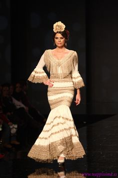 Beige and white - so stylish, lots of repetition on the beige keeps it from being boring Flamenco Costume, Flamenco Dancers, Flamenco Dresses, Sexy Outfits, Color Inspiration, Crochet, Beautiful Women, Beige, Womens Fashion
