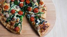 Pizza aux rapinis, à la saucisse et aux tomates rôties Sauce Pour Porc, Pizza Party, Vegetable Pizza, Vegetables, Food, Pizza, Roasted Tomatoes, Sausages, Kitchens