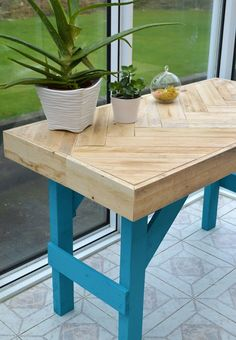 DIY Wooden Table made with Pallet Wood DIY Pallet Table: instructions on how to inexpensively build this modern table using scrap wood. The post DIY Wooden Table made with Pallet Wood appeared first on Pallet Diy. Recycled Pallets, Wooden Pallets, Wooden Diy, Pallet Wood, Outdoor Pallet, Pallet Bar, 1001 Pallets, Diy Pallet Projects, Woodworking Projects Diy