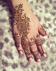 Finger mehndi with emphasis on ring finger