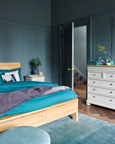 18 quick and easy home decor ideas to refresh your space in an instant Bedroom Colour Schemes Inspiration, Bedroom Color Schemes, Bedroom Colors, Bedroom Ideas, Bedroom Decor, Affordable Home Decor, Easy Home Decor, Fashion Art, Cluttered Bedroom