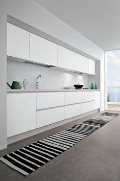 Bianco Dax laminated worktop with unicolor edge. Narrow Kitchen, White Kitchen Cabinets, Luxury Kitchens, Home Kitchens, Cocinas Kitchen, Minimal Kitchen, Kitchen Gallery, Kitchen Layout, Interior Design Kitchen