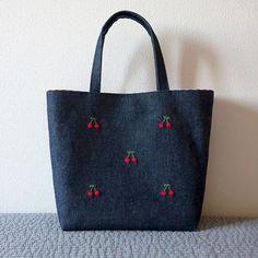 デニムも持ち手が細いとフェミニン . バッグによって持ち手の間隔や持ち手の幅を変えてます。5mm違うと結構印象が違ってくるんですよ . 2/15・20時〜販売 creema・展示ページに掲載中 . #刺しゅう #刺繍 #embroidery #handembroidery #broderies #handstitch #handstitched #Stickerei #ricamo #borduur #bag #トートバッグ #totebag #お稽古バッグ #入園準備 #入学準備 #入学グッズ #入園グッズ #さくらんぼ #cherry #creema