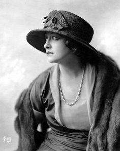 When big hats, pearls and fur pieces were wardrobe staples... Silent Screen Stars, Vintage Vogue, Vintage Ladies, Vintage Hats, Retro Vintage, Vintage Outfits, Cool Hats, Big Hats, Black White Fashion