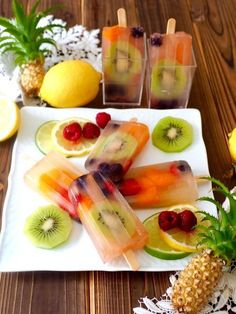 透けて見えるフルーツが可愛いアイスバー‼️ りんごジュースとフルーツで簡単に出来るので、アイスバー作りが初めての方にもオススメです。 Low Calorie Desserts, Fun Desserts, Dessert Recipes, Patbingsu, Vegan Cafe, Ice Cream Candy, Japanese Sweets, Frozen Treats, Fresh Fruit