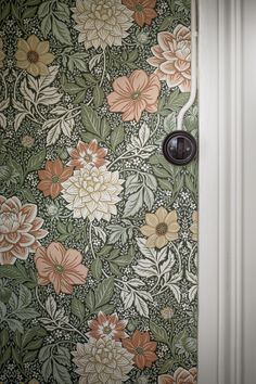 Bringing to life the luscious beauty of late summer days, our Dahlia Garden wallpaper depicts an intricate landscape of flowers and foliage. Papier Peint Art Nouveau, Home Interior, Interior And Exterior, Garden Design, House Design, Diy Garden Projects, Garden Care, Summer Flowers, Blooming Flowers