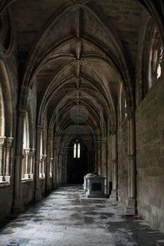 En el interior del Claustro de la Catedral de Evora, Portugal