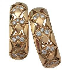"""Boucles d'oreille Cartier """"Lotus"""" en or jaune sertie de brillants."""