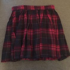 Aeropostale flowy conservative skirt Plaid print, perfect for pairing with knee high socks for a school girl look. Never been worn! Aeropostale Skirts Midi