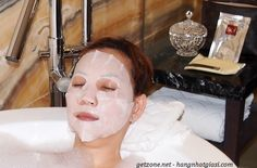 """Mặt nạ SK-II Facial Treatment Mask chứa một lượng Pitera đậm đặc gấp 10 lần so với """"Nước thần"""" nên khả năng phục hồi làn da của mặt nạ SKII là không thể bàn cãi, như thể đã từng dùng """"Nước thần"""" trước đó cả tháng vậy. Bạn sẽ cảm thấy sự khác biệt đến bất ngờ khi lần đầu tiên sử dụng: sẽ rất căng mịn, rất mịn màng, rất hồng hào như thể bạn mới thay da, như thể bạn mới được tiêm chất làn đầy vậy."""