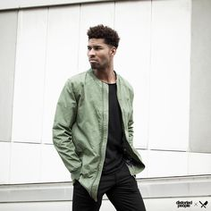 Distorted People Streetstyle : ''Brix'' Long Bomber Jacket in olive green, black cutted grand neck-t-shirt ''Scott'', combined with black trousers