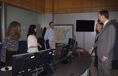 Don Felipe saluda al personal del Centro de Gestión del Tráfico durante su recorrido por las instalaciones. Dirección General de Tráfico. Madrid, 06.04.2015