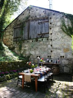 al fresco - outdoor dining area Outdoor Rooms, Outdoor Dining, Outdoor Gardens, Outdoor Decor, Dining Area, Rustic Outdoor Spaces, Rustic Patio, Rustic Table, Garden Deco