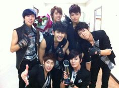 INFINITE take a photo after their 'Music Bank' win #allkpop #kpop #INFINITE