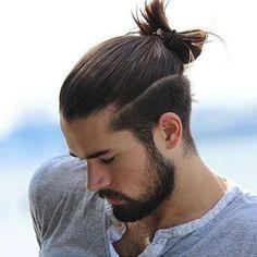 Fryzura męska. Długie włosy, kucyk i wyraźne odcięcie.