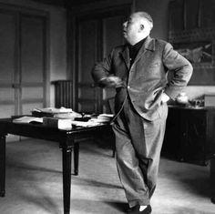 Jean Renoir danse dans son bureau pendant le tournage de |¤ Robert Doisneau | 22 juillet 2015 | Atelier Robert Doisneau | Site officiel