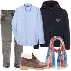 Un outfit alla moda per il nostro bambino composto da camicia azzurra Tommy Hilfiger, stampa con logo del brand, colletto classico, abbinata a jeans grigio, slim fit. Giacca da mezza stagione blu, zip, cappuccio, logo, stivaletto stringato con imbottitura, sciarpa multicolore Pepe Jeans.
