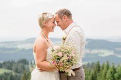 Der Berg ruft. Eine Hochzeit auf der Alm, die wunschlos glücklich macht! Nostalgisches Vintage Flair mit Konzept. Lasst euch von Silke und Markus inspirieren!