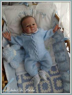 Je suis très heureuse de vous montrer les photos de ma dernière création, le petit Jules. Le kit de base est Jacob de Karola Wegerich. Il mesure 49cm et pèse 2,6 kg. Il a de beaux yeux bleu/gris. J' ai entièrement peint ses cheveux puis lui ai implanté...