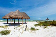 Ilha Holbox (México) - Localizada a cerca de 150 quilômetros de Cancún, Holbox é uma ilha bem menos agitada e igualmente exuberante no Mar do Caribe. O pequeno vilarejo fica em uma área de proteção ambiental, e é uma alternativa perfeita para quem quer fugir do burburinho do balneário vizinho