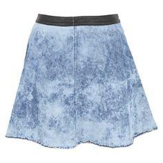 Esta es una falda jean y la pones en tu caderas. Es azul y azul claro. La marca es Sybilla.