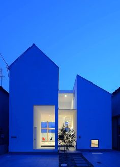 House of Eirakusou is a minimalist residence located in Osaka, Japan, designed by Taisuke Hayashi