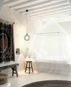 Een klamboe rond je bed staat luchtig, romantisch en sierlijk. Een dromerige sfeer in de slaapkamer maak je met behulp van klamboes.