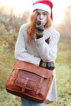 """Die Umhängetasche Alex 17"""" überzeugt im angesagten und trendigen Vintage-College-Look. Sowohl für die Uni als auch die Arbeit ist sie ein stylischer Begleiter, auf den auch in praktischen Belangen vollster Verlass ist - Lederumhängetasche - Collegetasche - Gusti Leder - U23"""