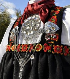 Bilderesultat for bunad hallingdal Folk Costume, Costumes, Norwegian Vikings, Bridal Crown, Metal Working, Norway, Baby Car Seats, Scandinavian, Clothes