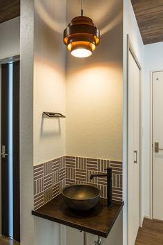 2階ホールの一角に設けられた手洗いコーナー。奥様が選ばれたモザイクタイルに信楽焼のボウルを合わせ、シックな雰囲気に。 Airbnb Design, Laundry Room Design, Hand Washing, Powder Room, Basin, Small Spaces, House Plans, Dining Room, Room Decor