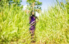 日本女攝影師ヨシダナギ(Yoshida nagi),初中就輟學自學攝影,憑著獨特的個性跟幼年時對非洲的憧憬,拍攝出色彩豐富,美麗與力量共存的部落人像照片。