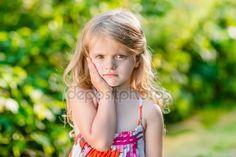 Menina triste com longos cabelos loiros sofrem de dor de dente. Dia de verão ensolarado no belo parque verde — Fotografias de Stock © aquamila #69575199