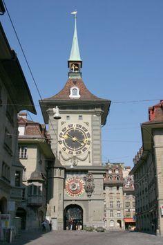 L'orologio della bella torre medievale di Zytglogge, a Berna