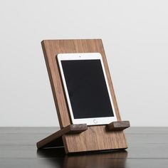 HDC Tablet Holder Walnut – Harp Design Co Small Woodworking Projects, Small Wood Projects, Diy Woodworking, Pallet Projects, Diy Projects, Diy Phone Stand, Tablet Stand, Ipad Holder, Iphone Holder