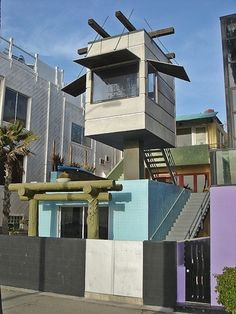 Loved this beachside home in Venice Beach for years... Had no idea it was Frank Gehry! Amazing.